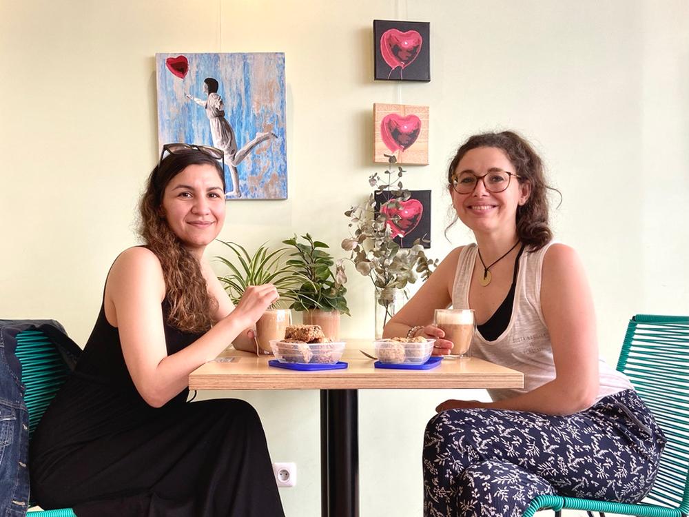 café Aum, studio de yoga et restaurant à Issy-Les-Moulineaux : Lyne et Inès, les gérantes